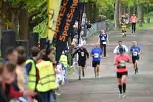 Läufer kommen ins Ziel